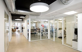 Bureaux et salles de réunions cloisonnés dans un bâtiment