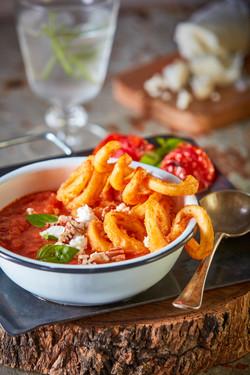 Sopa de jitomate rostizado, papa curly, queso de cabra y albahaca-Corregido