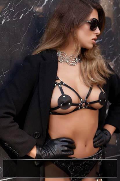 vrouw in kinky lingerie tegen muur