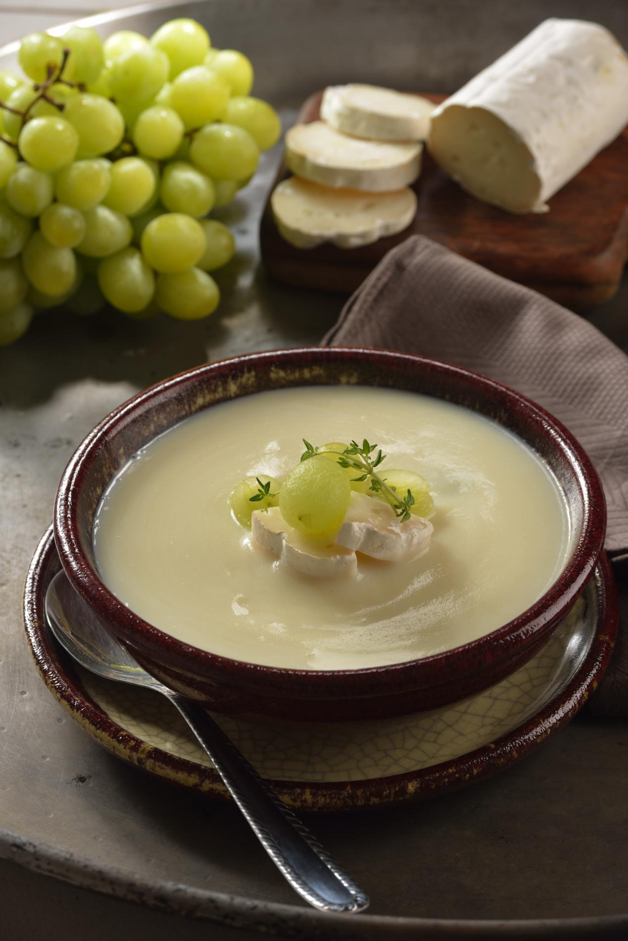 Crema de papa camembert con uvas