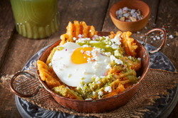 Chilaquiles de papa waffle con huevo y salsa verde-Corregido