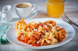 Papas curly con huevo y salsa roja-Corregido