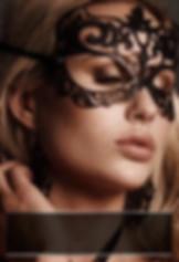 vrouw draagt sexy masquerade masker van VoyeurX