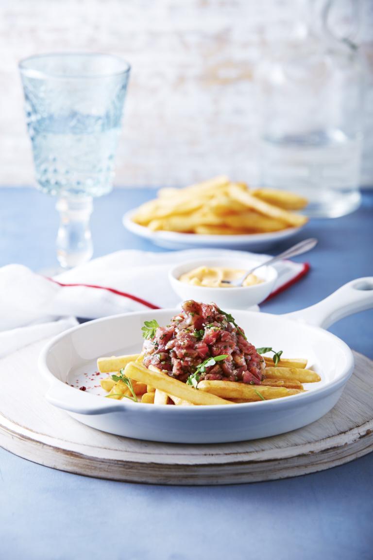 Tartar de carne sobre papas a la francesa