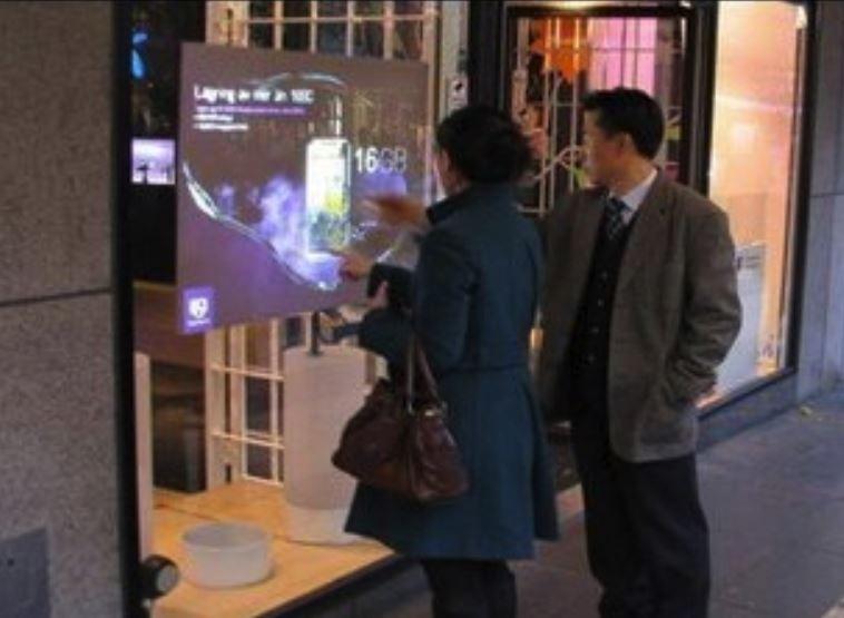 Film pour vitrage intelligent et projection sur vitrine