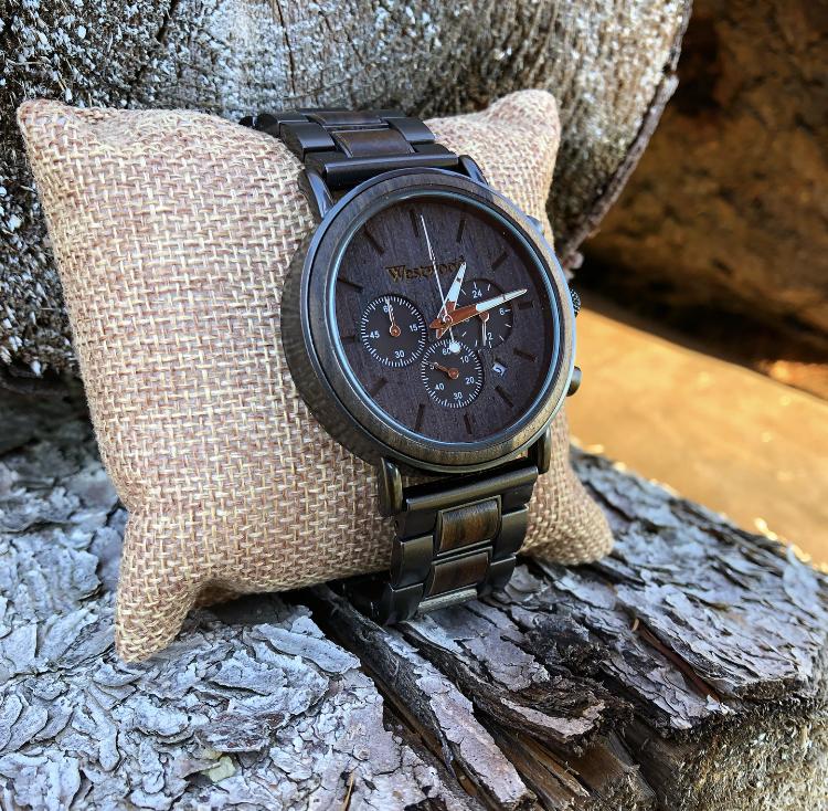 Armbanduhr aus Metall und Holz