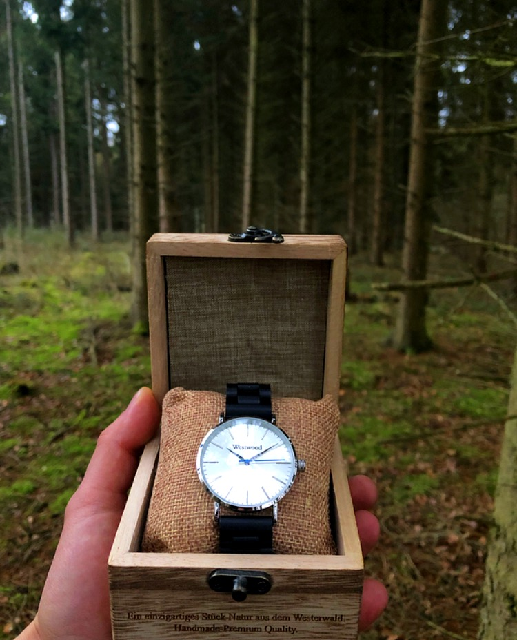 Basic Watch im Tannenwald