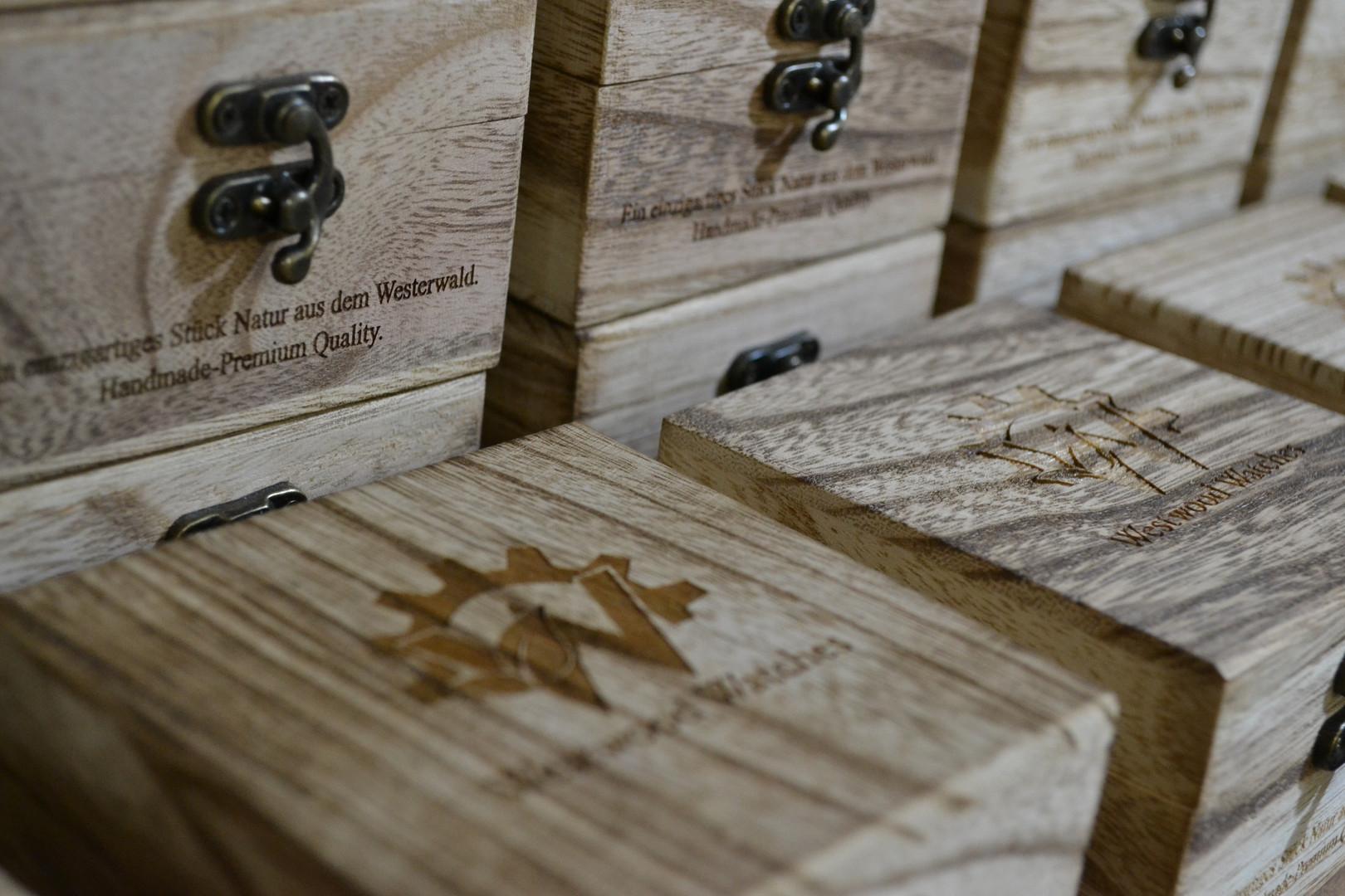 Lager der hangefertigten Holzkisten