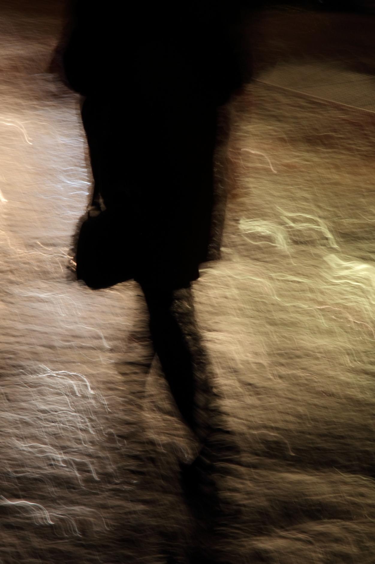 l ' homme marchant sous la pluie