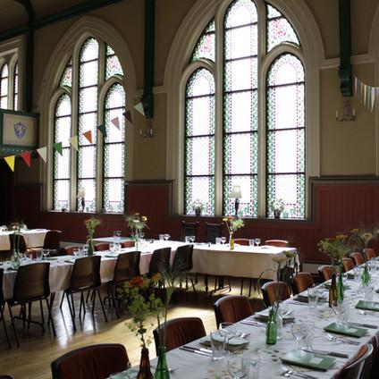 Kunstferdige vinduer og ei gedigen lysekrone skaper en unik atmosfære for bryllup, konfirmasjoner, jubileer og andre anledninger.