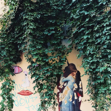 В Петербурге закрасили граффити «Поцелуй»