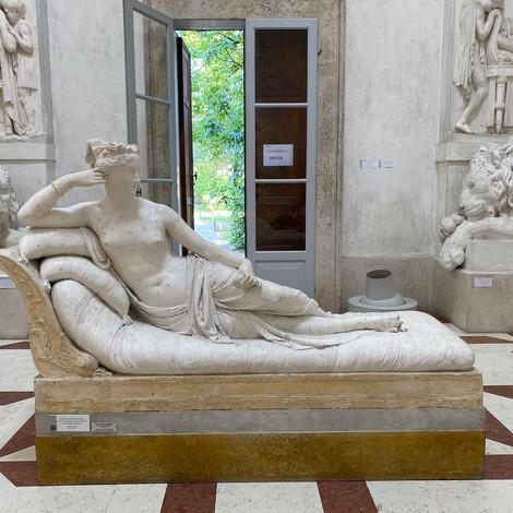 Австрийский турист отломил пальцы у скульптуры Кановы