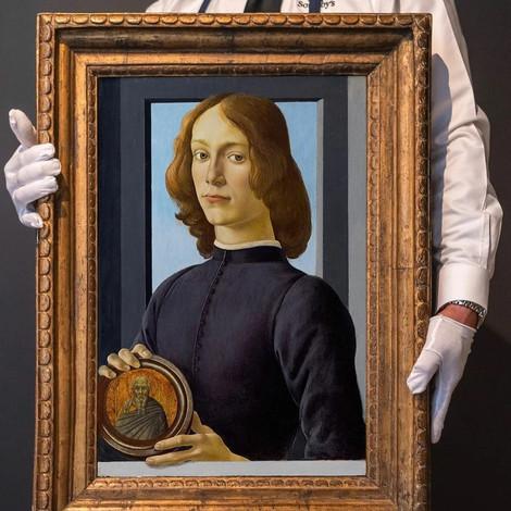 «Портрет молодого человека с медальоном» Боттичелли продали на аукционе за 92,2 млн долларов