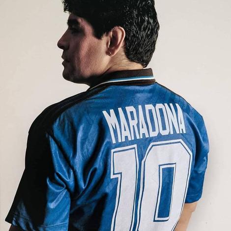 Памяти Диего Марадоны: В Неаполе фанаты устроили фаер-шоу возле граффити с великим футболистом
