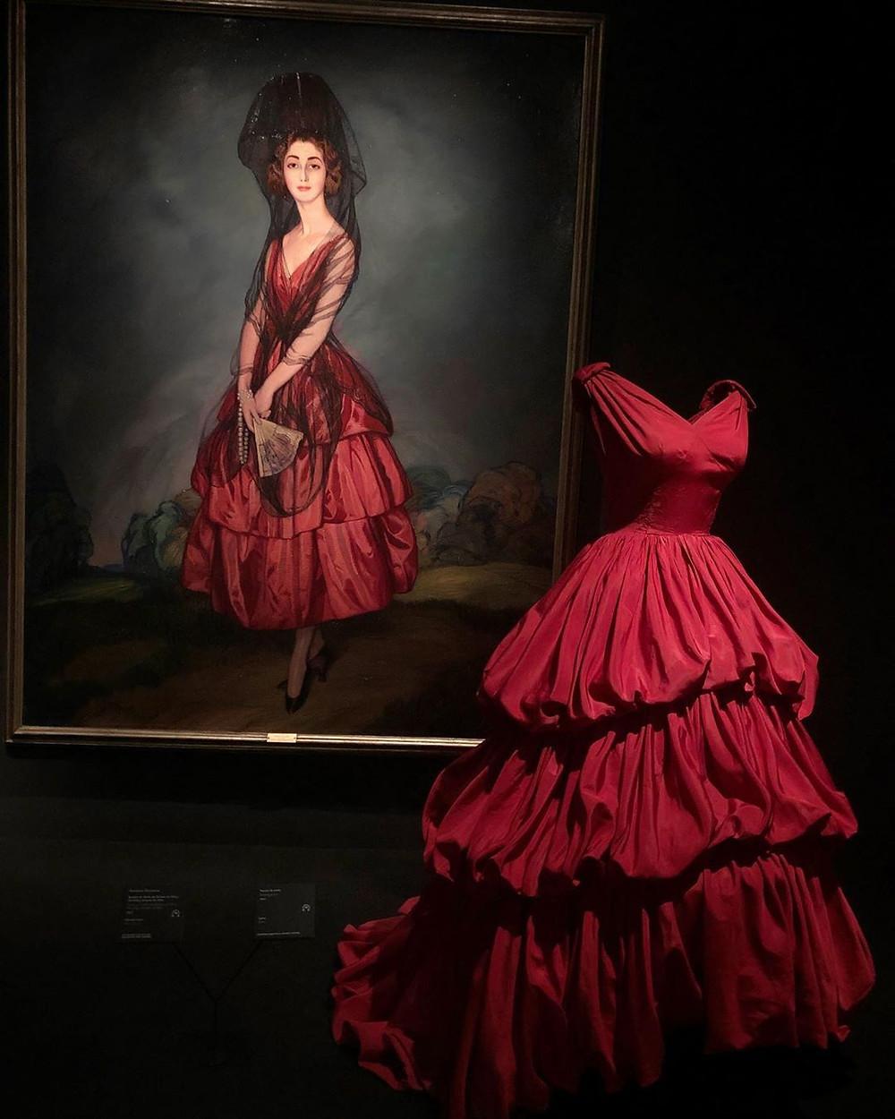 Бальное платье от Кристобаля Баленсиага (1952 год) и портрет «Донья Мария дель Росариo де Сильва и Гуртубай, 17-я герцогиня Альба» от Игнасио Сулоага (1921 год)