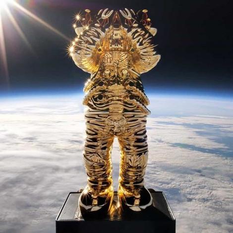 Художник KAWS запустил своё произведение в стратосферу