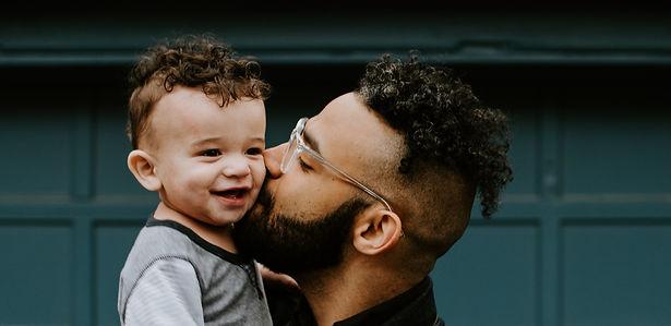 Père embrasse son enfant qui sourit