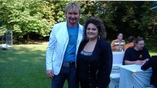 Raffaella mit Sänger Nik P. im Studiogarten des SWR