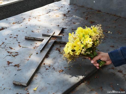 Finados: Por que visitar e rezar pelos mortos?