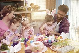 Famiglia che decora le uova
