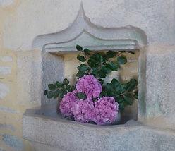 Les bénévoles fleurissent la chapelle de