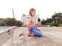 petit garçon seul sur un toit avec un pistolet