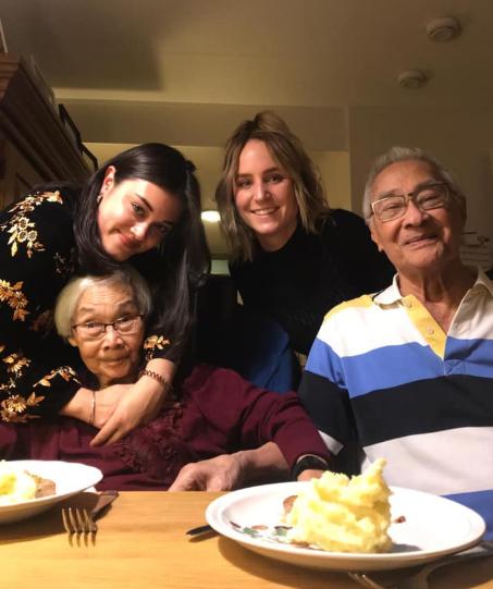 Blije ouderen en studenten met eten