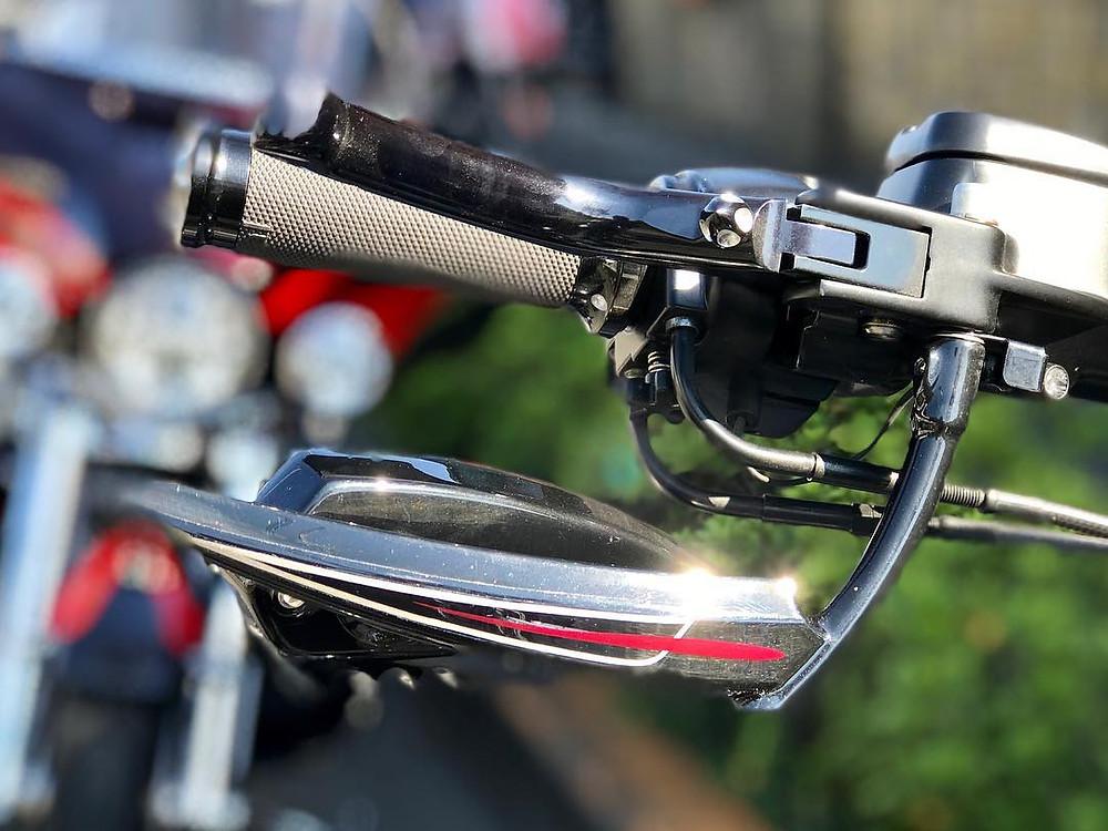 バイク用ミラーの背面にピンストライプ