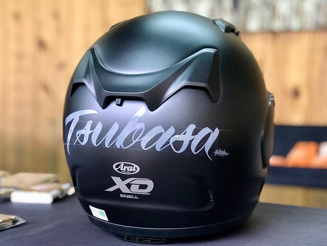 ヘルメットにレタリング