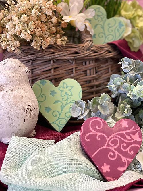 """Herzseife """" Von Herzen"""" brombeerfarben mit rosa Ornamenten"""