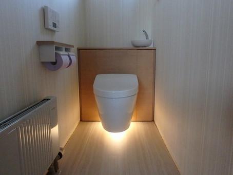 宙に浮くトイレ