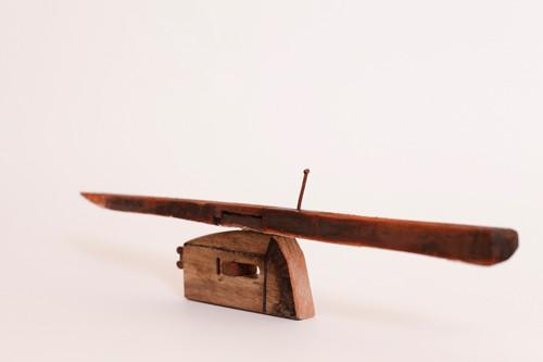 ふねと家 H8×W42.5×D3.5cm 木、釘、蜜蠟、油絵具 Photo by Mika Mizuno @四季彩舎