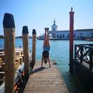 A venecian happy international handstand