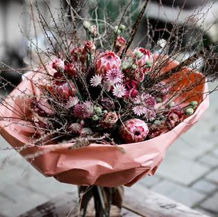 Rundstrauss mit saisonalen Blumen