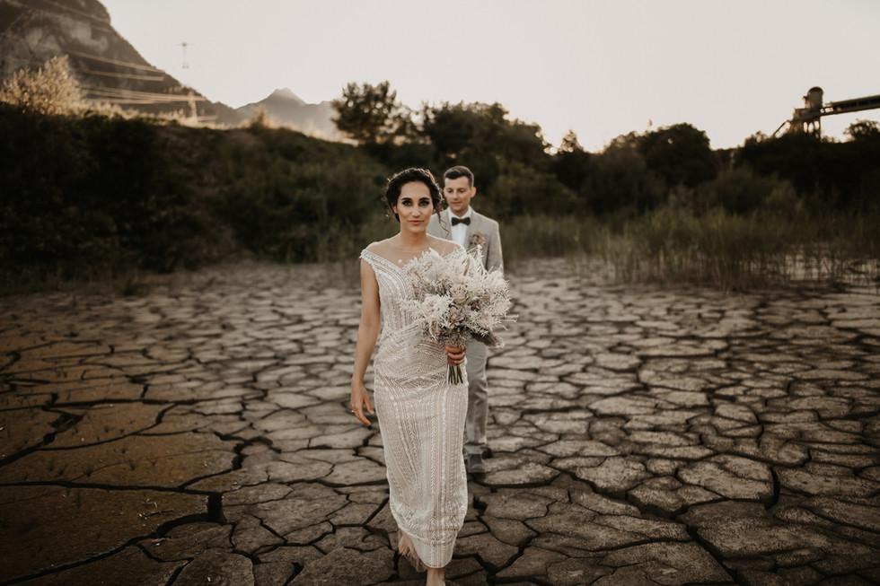 Foto: cramarts.ch Styling: isa-belle.ch Dress/Suit:hostettler-mode.ch Blumen/Konzept: karinmani.ch