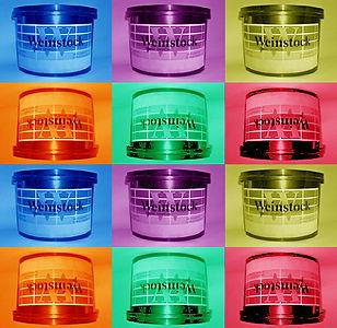 Collage fotográfico donde aparece la icónica lata de tintas Weinstock reprducida 12 veces sobre fondos de diferentes colores.