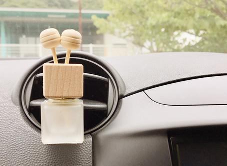 狭小空間こそ天然の香りを。車内やデスク回りはエッセンシャルオイルで爽やかに。