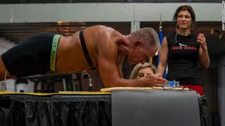 Exmarine de 62 años bate el récord Guinness al mantenerse en postura de plancha durante más de 8 hor