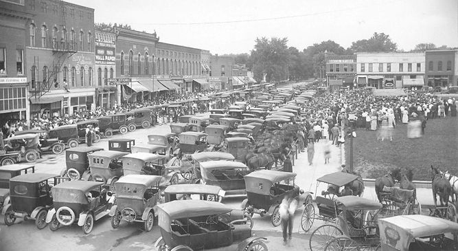 Courthouse square 1917 packed house.jpg