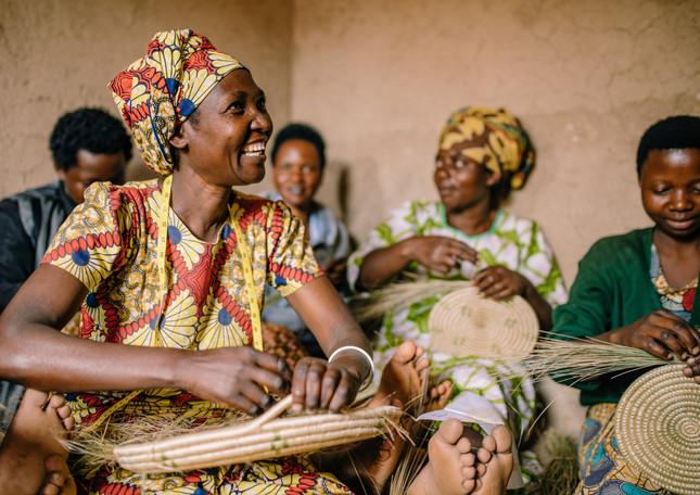 weaving-baskets-women-rwanda-amsha