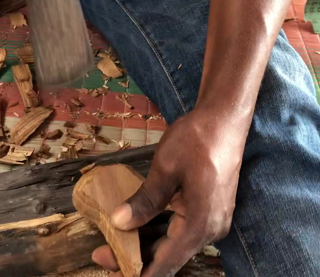 carving-mninga-wood-sugar-scoops-makonde