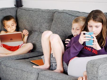Tempo de tela pode atrasar fala de crianças e deixar pais mais estressados