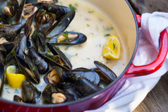 Moulle (mussels) in wine, parsley, garlic