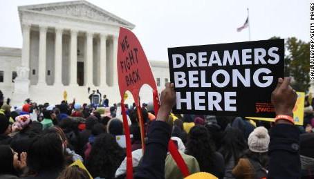 Una gran victoria Corte Suprema confirma el programa DACA para jóvenes  indocumentados.
