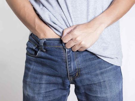 Esta es la razón por la que los hombres se meten la mano en los pantalones