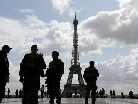 Francia: un hombre armado con un cuchillo atacó a policías en la la prefectura de París antes de ser