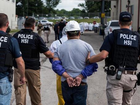 Arrestan a cientos de inmigrantes en redadas masivas.