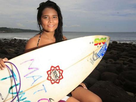 Katy Díaz, la surfista salvadoreña  que un rayo mató mientras entrenaba para las Olimpiadas