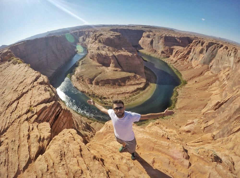 il fiume Colorado forma una curva tra questo canyon