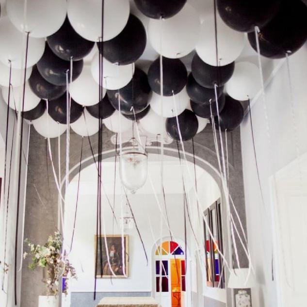 Plafond de ballons gonflés à l'helium